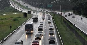13fev2013---motoristas-enfrentam-transito-carregado-e-chuva-