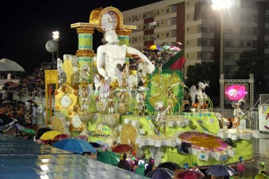 Maracatu da Favela, atual campeão do carnaval amapaense, foi a última escola a desfilar, já no domingo. bi-campeonato