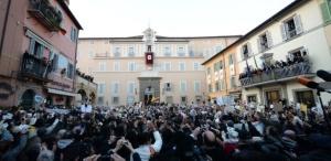 Católicos aguardam Bento XVI na residência de Castelgandolfo, no sul da Italia