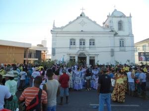 Populares diante da Igreja de São José, o prédio mais antigo da cidade de Macapá e simbólo da religiosiade do povo macapaense