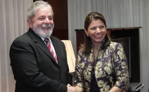 Lula com a presidente da Costa Rica em uma das viagens financiadas por empreiteiras, após seu segundo mandato